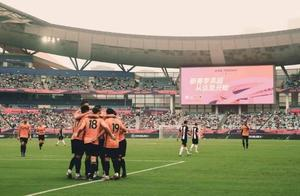 英超亚洲杯狼队四球大胜,上海决战曼城!华裔球员温绍康登场