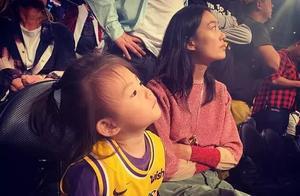 陈冠希晒女儿穿湖人队球衣萌照 多次带Alaia看NBA球赛