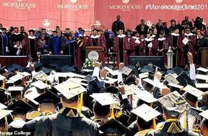 美富豪给毕业生送大礼 承诺替所有人还清助学贷款