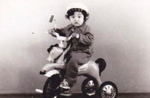 拳王邹市明晒童年旧照,呆萌可爱,一头卷发与轩轩超像