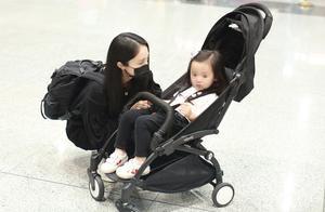 董璇带2岁女儿现身机场,蹲下照顾孩子母爱感人,女儿一脸呆萌
