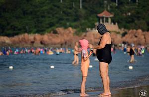 """青岛海滩上""""脸基尼大妈""""扎堆 小朋友也戴上了脸基尼"""