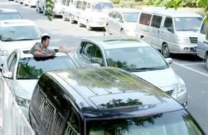 美女车位被抢,怒了,直接把车停在旁边,车主只能从天窗往出爬了