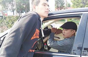 路边停车时,有坏人手持匕首来要钱怎么办,武术教练教你绝招