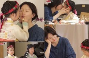 47岁李英爱带龙凤胎儿女上节目,与女儿亲亲,对儿子似乎严厉了!