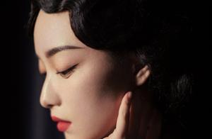 倪妮再现民国风造型,一袭酒红色旗袍美得炙热,梦回金陵十三钗