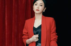 48岁秦岚又换新造型,大红色西服搭配黑色吊带+短裙,优雅大气