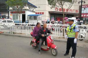 邓州交警严查电动两轮车逆行、闯红灯、  违规带人等违法行为