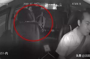 好淡定!深圳一孕妇出租车上生娃自剪脐带 还不忘付车费