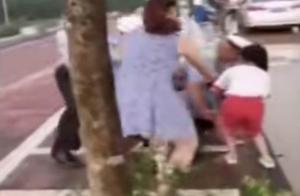 """女孩跪求交警""""不要打爸爸""""广州警方:不存在殴打 男子抵抗传唤"""