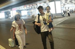 朱丹周一围一家3口罕见同框现身机场,2岁女儿的发型亮了