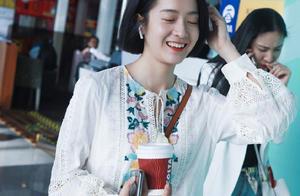 才发现张雪迎素颜这么好看,配最普通的刺绣裙,也美成女神