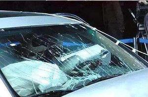 临沂:挡风玻璃无故开裂,售后称贴了膜无法保修