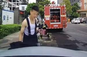 消防员趴引擎盖吃泡面 因一个动作走红