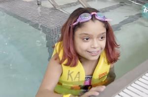 """美国小萝莉游泳遭吸入阀吸出小肠,外挂""""肠胃系统""""已存活10年"""