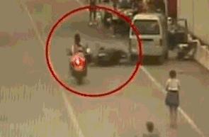 离谱的9个奇葩事故,让交警看的也一脸懵,怎么开的车?