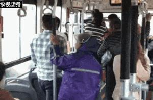 只是别了一下车,俩公交车司机隔窗对骂,一人竟被活活气死