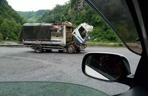 """今天上午,缅北谷特峡谷一辆货车突然""""低头认错"""",交通受阻"""