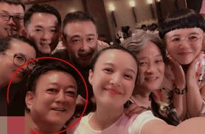 曝央视主持人聚餐合照,左下角55岁朱军红衣服十分抢镜