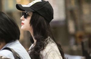 刘亦菲难得的机场营业照,红唇卷发攻气十足,这回总算穿对了!