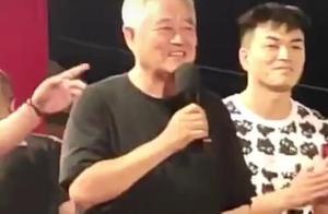 赵本山现身《刘老根3》拍摄现场,满头白发身材发福步履蹒跚显老