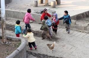 在农村,老人总要求有钱的子女无条件去帮助穷的,这样合理吗?