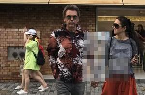 巩俐日本街头被偶遇!高马尾配红裤时髦又减龄,老公穿印花也显嫩