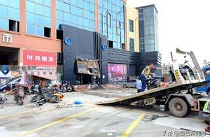 右江区一酒吧屋顶坍塌事故已致3人死亡87人受伤!现场仍有4人被困!大型救援设备已进场