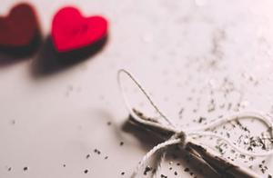 离婚那天电梯故障,趁黑摸到妻子包里张纸,我发现她离婚目的
