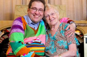 现实版老妻少夫!英国83岁女子爱上孤独症男子,婚后4年感情不减