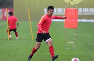 中超第18轮长春亚泰客场对阵南通支云,亚泰球员积极备战比赛