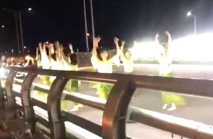 广东一大桥机动车道现多名女子跳舞拍视频 交警:当场劝离