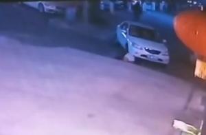 四川乐山发生离奇车祸,疑似男子倒车时甩出将自己碾压身亡