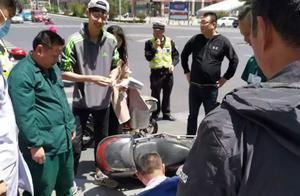 威海市区寨子交叉路口上演感人一幕,一男子突然倒地,众人施救,现场有人进行专业急救保住性命!