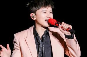 张杰演唱会上秀手机,看清他的手机牌子后,网友直呼:中国好明星