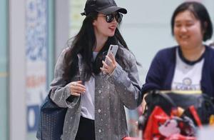 刘亦菲终于穿对衣!连搭3件灰色外套,显瘦又减龄,气质太好了