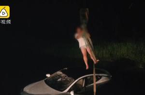男子开车途中低头捡烟头,60万特斯拉冲进水中报废