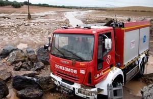 西班牙小镇山洪暴发消防员被冲走 3公里外找到遗体