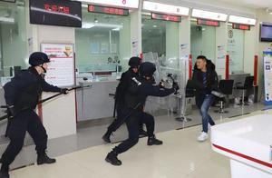 江宁警方进行金融行业抢劫演练,场景太逼真