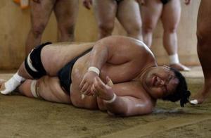 直击日本相扑手的生活:日吃八千卡路里,吃完戴着氧气罩睡觉
