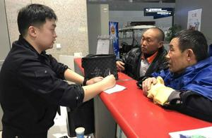 合肥机场保洁员捡到手提包 10万元港币等财物物归原主