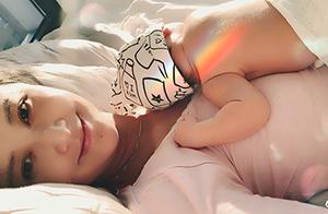 张歆艺晒宝宝背影照 趴肚子熟睡超有爱