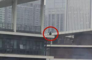 成都男子疑因情伤直播跳楼,19岁消防员飞扑将其救下:失败五次才成功