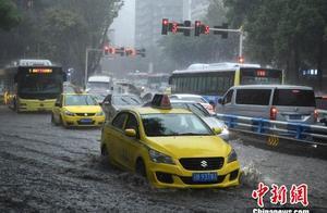 重庆24个区县遭暴雨袭击 14条中小河流出现涨水