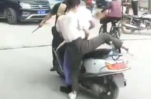 """广州警方澄清""""持刀查车""""!刀系警辅人员缴获,动作不规范引误解"""
