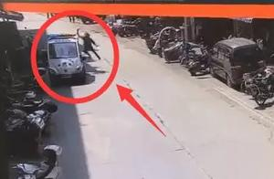 广西那坡一男子持刀挑衅警察乱砍警车,民警鸣枪后将其制服