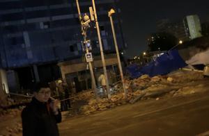 北京东直门枢纽站一工地外围墙体倒塌有人员伤亡 护士称伤者抢救无效去世