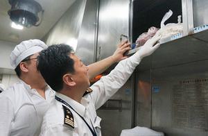 """百万余人次坐过的沪港直通火车,如何在炎热夏季保证餐车食品安全?上海海关多举措保障旅客""""舌尖上的安全"""""""