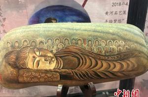 """民间艺人巧绘""""莫高窟"""":将敦煌壁画搬上黄河奇石"""