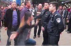 嚣张!女子阻拦压淌水管道,还挥手打警察!